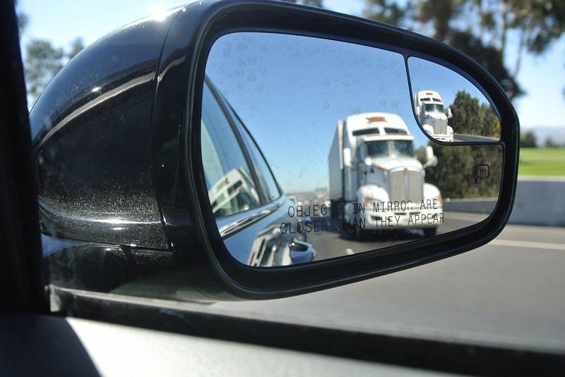 Spiegel für das Auto sind wirklich unter den meist ausgesetzten Teilen des Autos